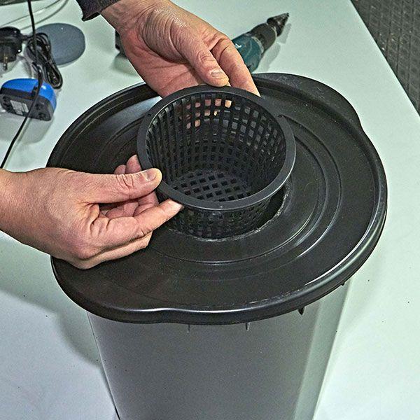 4. Inserire il vaso a rete nel coperchio