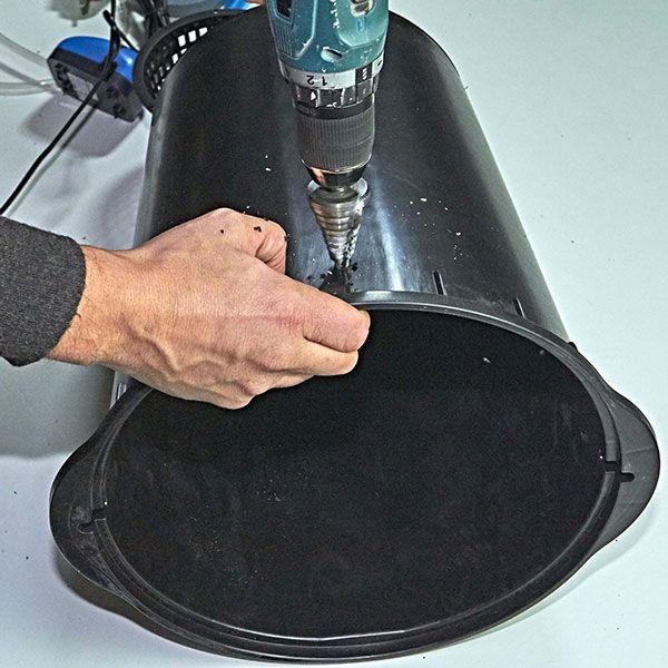 5. Forare il secchio DWC per il tubo dell'ossigenatore